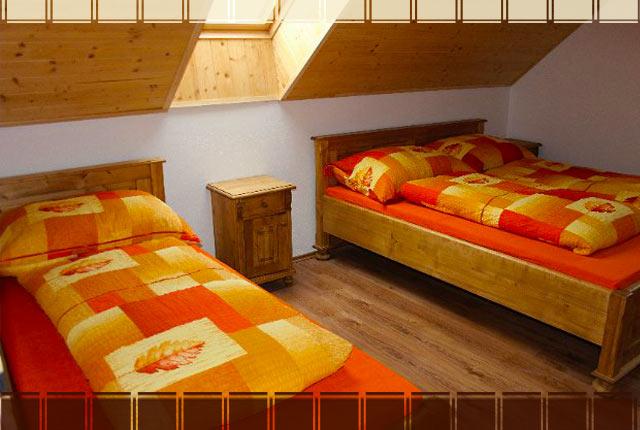 Jedna z ložnic v apartmánu Rovensko pod Troskami