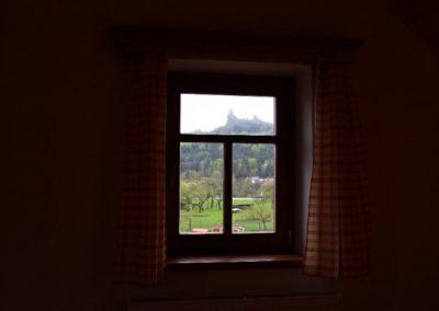 výhled z okna na hrad Trosky